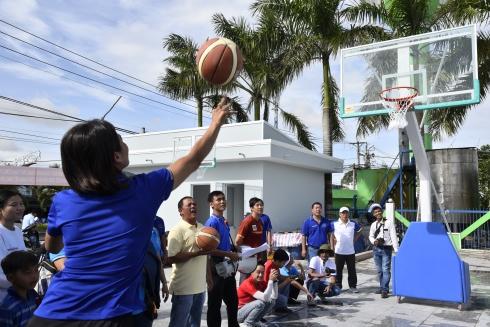 Các VĐV tranh tài môn ném bóng vào rổ